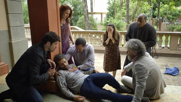 Guardiães e amigos socorrem Gabriel (Bruno Gagliasso) após tiro
