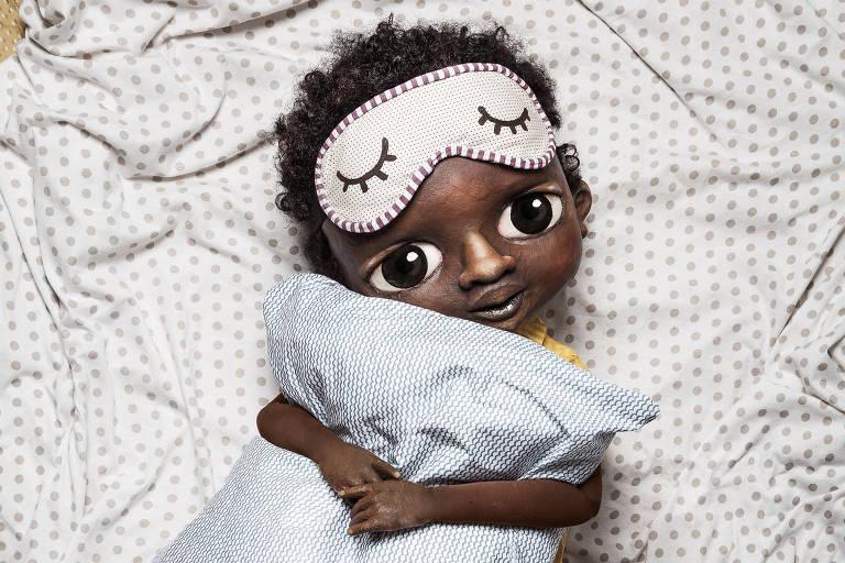 boneco abraça travesseiro