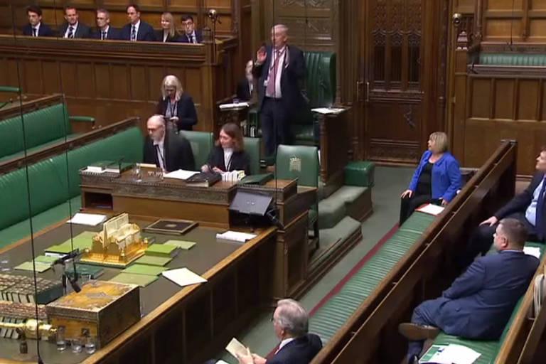 Lindsay Hoyle (centro), vice-presidente da Câmara dos Comuns, interrompe sessão parlamentar por causa de goteira no Palácio de Westminster