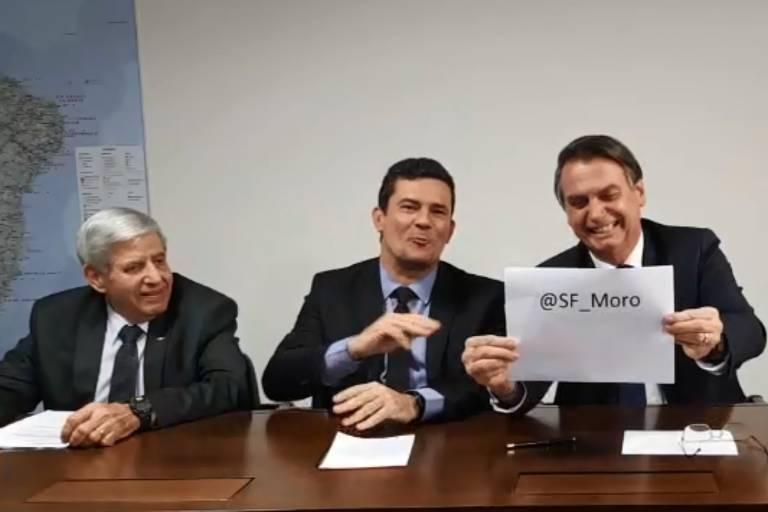O presidente Jair Bolsonaro divulga em live o perfil no Twitter do ministro da Justiça, Sergio Moro