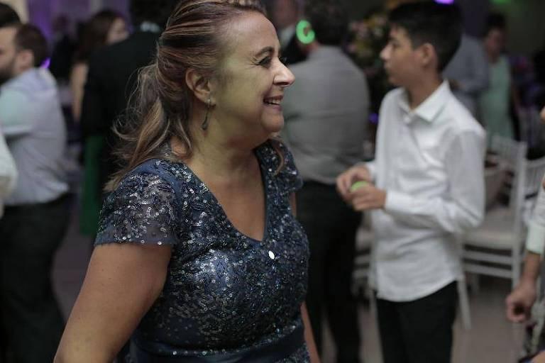Rosely se diverte em festa