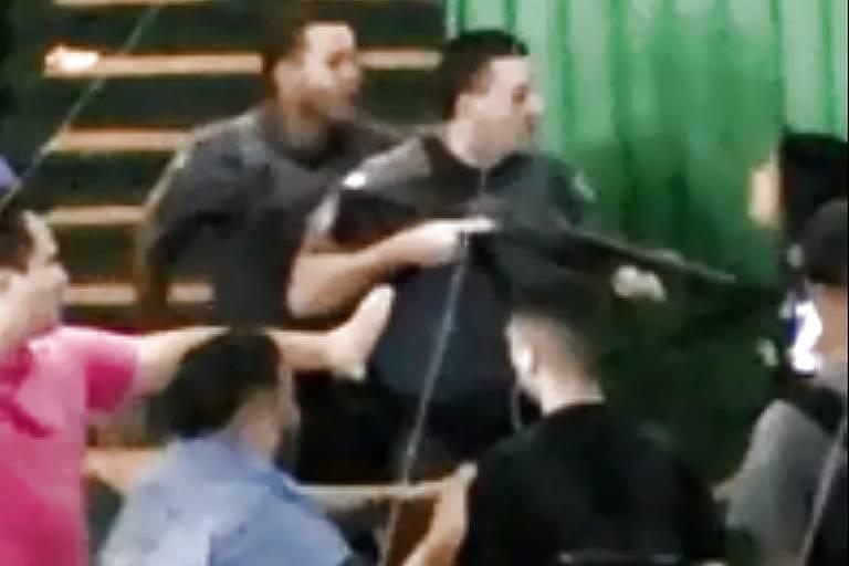 Policial militar usa cano da arma para empurrar aluna que protestava em escola