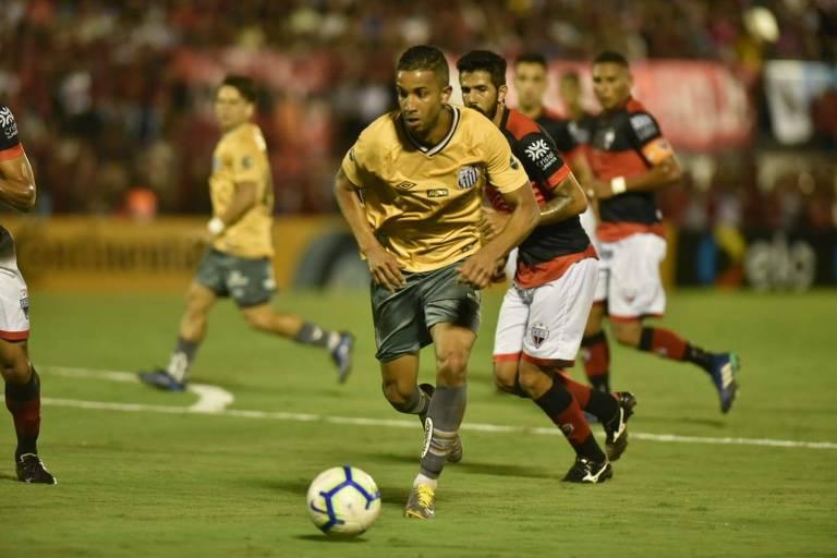 O estreante Jorge, do Santos, conduz a bola no jogo com o Atlético-GO