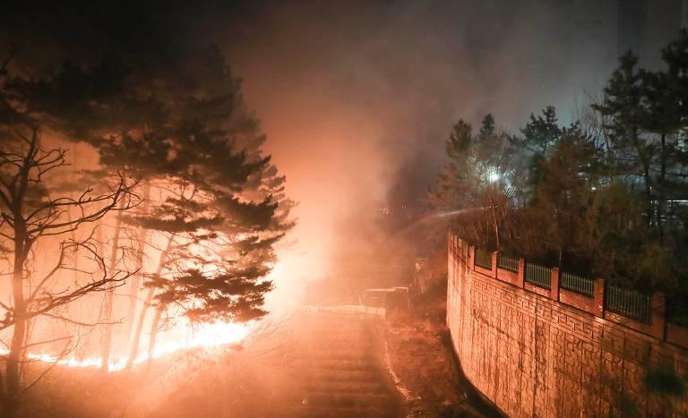 Fogo perto da cidade de Sokcho, na Coreia do Sul