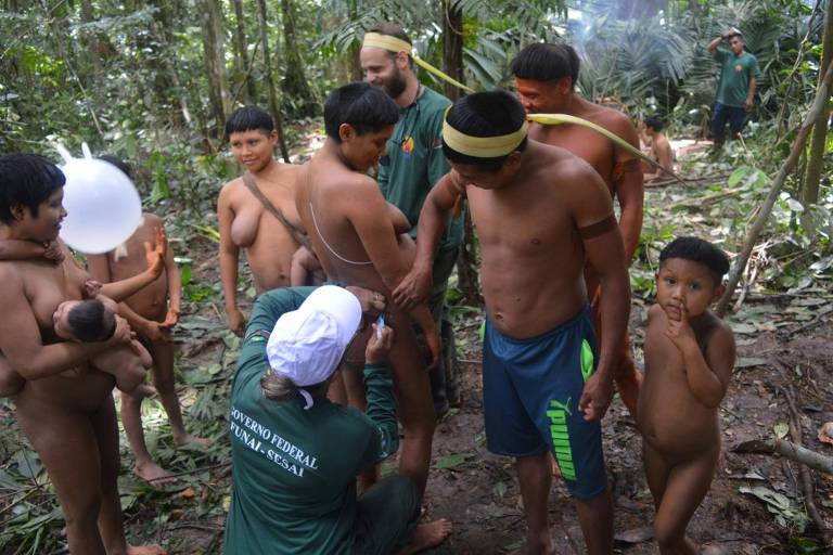 Agentes da Funai encontram grupo da etnia korubo, perto da fronteira com o Peru