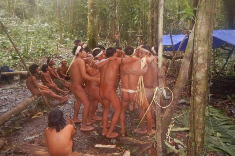 Grupo da etnia korubo, encontrado perto da fronteira com o Peru
