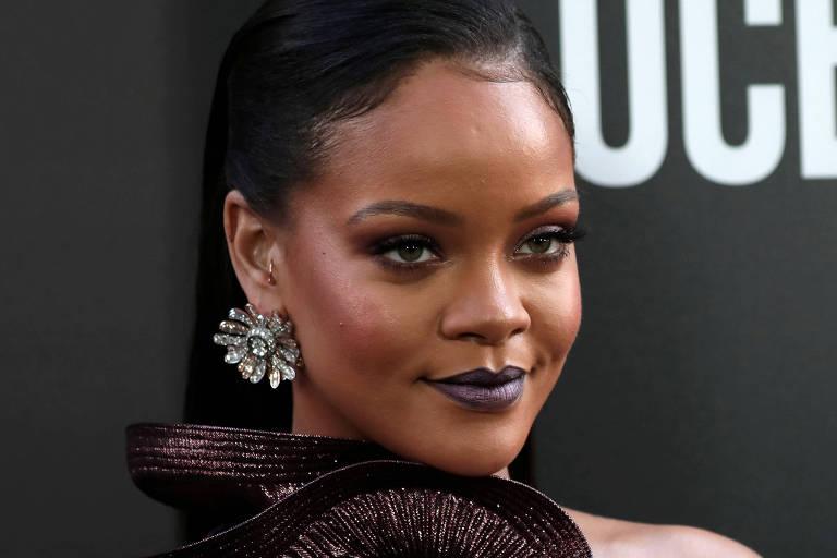 """Rihanna na première do filme """"Ocean's 8"""" em Nova York . Ela está com um vestido de festa e brincos grandes."""