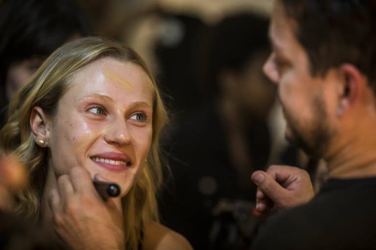 Modelo é maquiada durante São Paulo Fashion Week