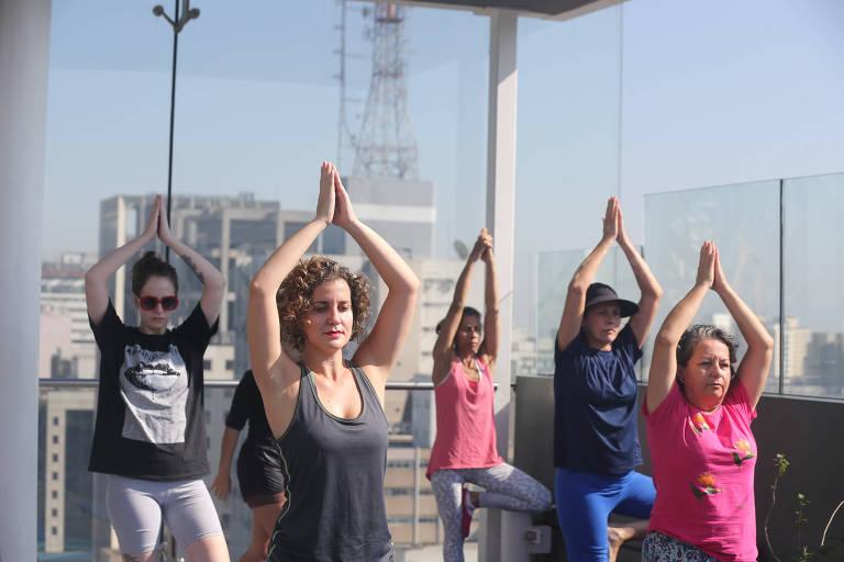 Aula de yoga no mirante do Sesc Paulista é parte da programação do Inspirac