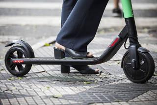 ***Especial Patinetes eletricos invadem bairro Itaim Bibi*** Detalhe dos pes da consultora Gabriela Brepohl,24,  com seu patinete alugado na rua Joao Cachoeira