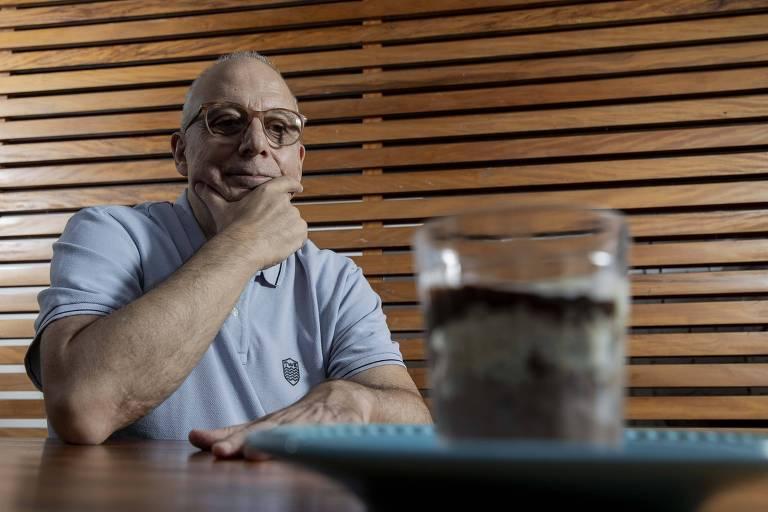 Paulo Abbud com a sobremesa chocolamour, criada no seu restaurante Farabbud, em São Paulo