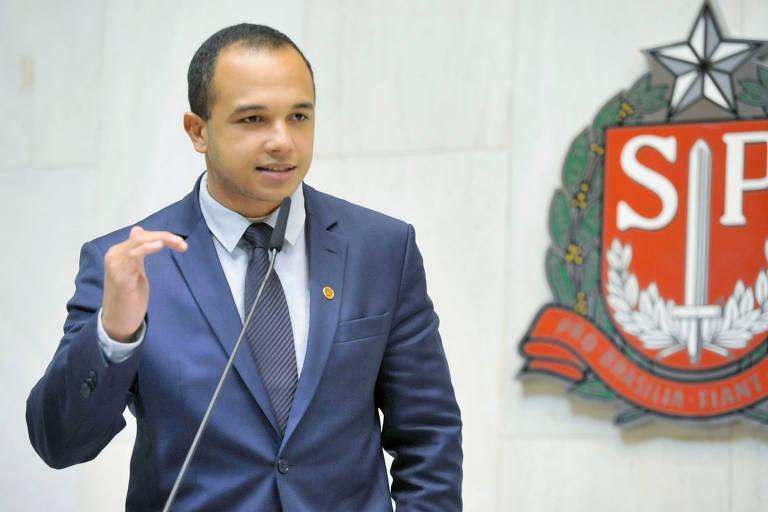 """O deputado Douglas Garcia (PSL) durante discurso na tribuna da Alesp. Ele assumiu homossexualidade e diz que vai lutar contra o """"combo do vitimismo"""""""