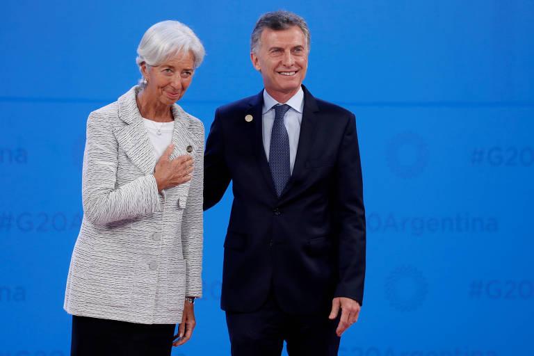 Christine Lagarde e Mauricio Macri posam para foto em frente a fundo azul.