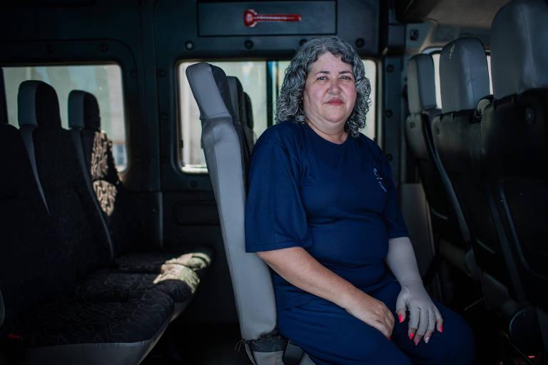Marcia sentada em uma van escolar