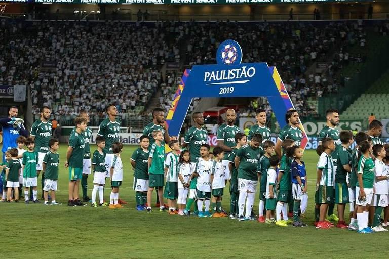 Jogadores do Palmeiras durante execução do hino nacional no Allianz Parque; o Verdão não sabe o que é perder ou empatar com o São Paulo em duelos no estádio