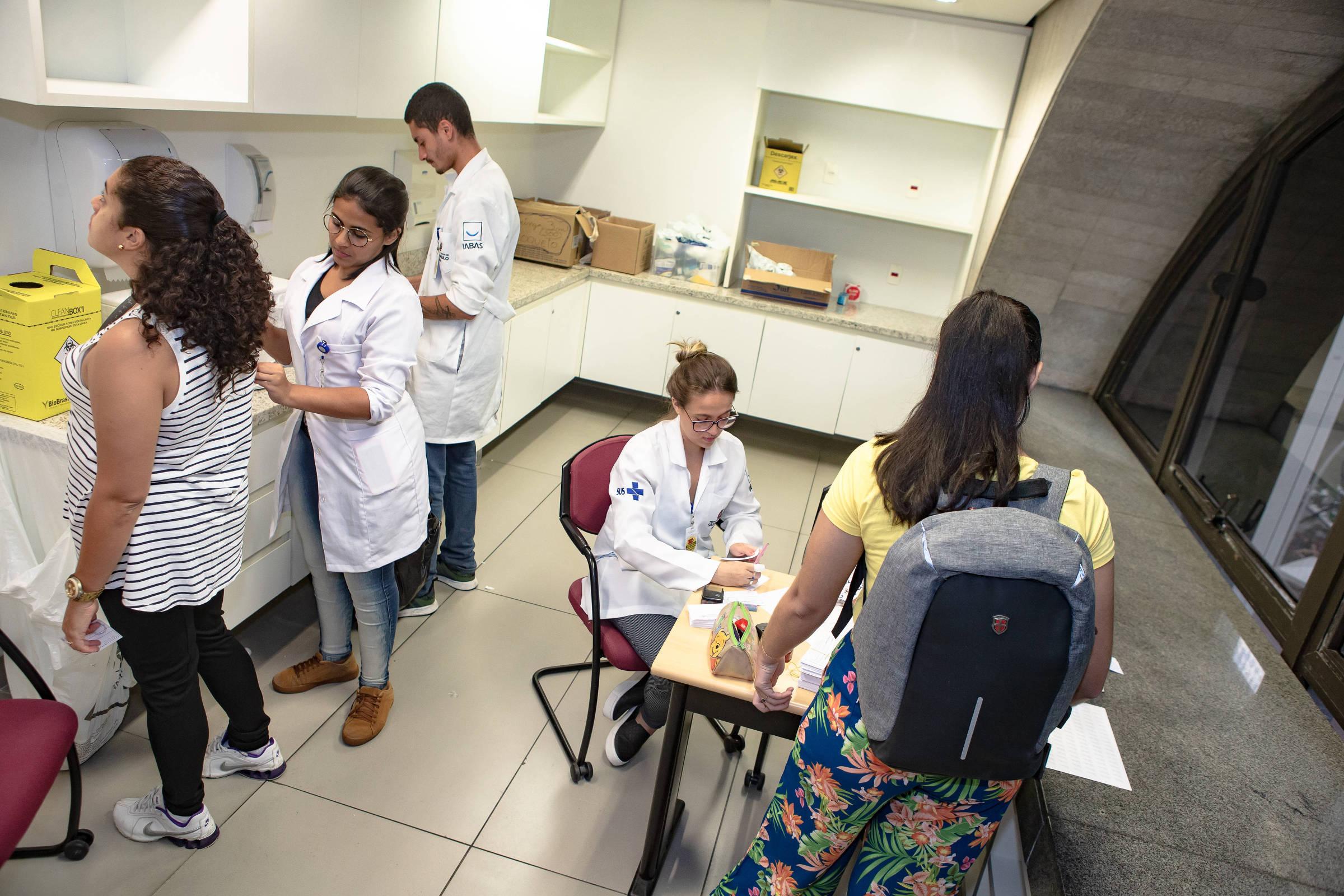 Jovens entre 20 e 29 anos devem se vacinar contra sarampo a partir desta segunda