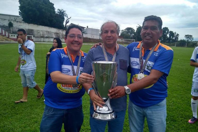 Luiz Carlos Vilela, à direita na foto, com a taça de vice-campeão do Paulista sub-20 da 2ª divisão em 2018