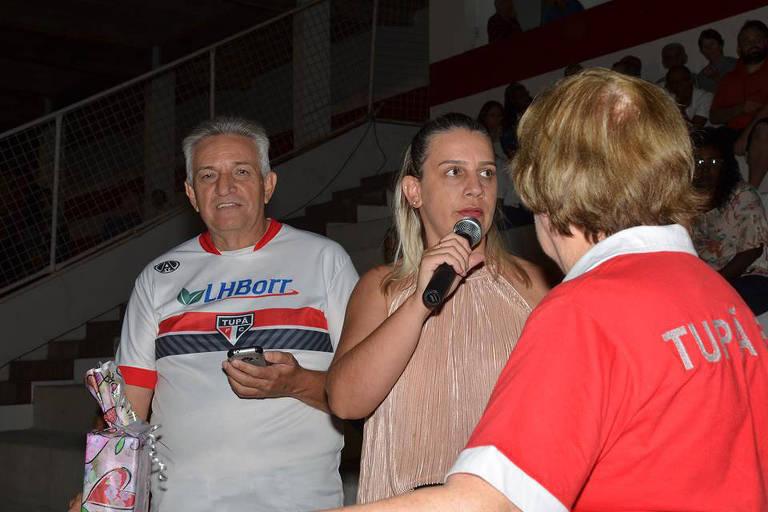 Fabiane Bizo Menezes, com o microfone na mão, é a  presidente do Tupã FC