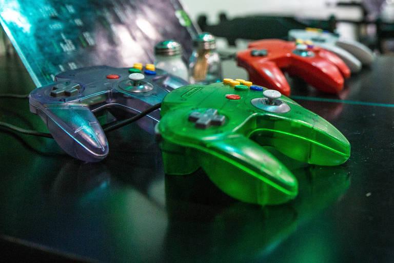 Controles de videogame em cima de mesa