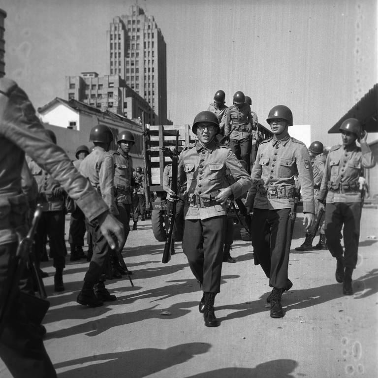 Soldados no comício de Jango, na Central do Brasil (Rio), dias antes do golpe