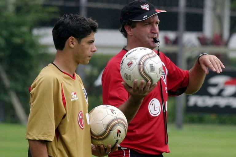 Cuca ao lado de Cicinho em treino do São Paulo no CT da Barra Funda, em 2004