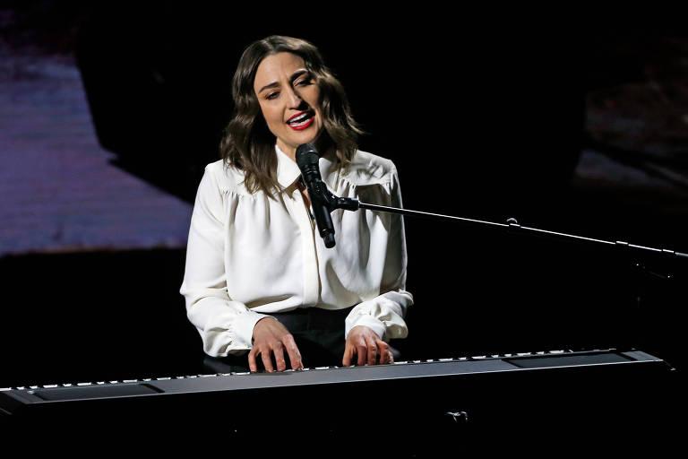 Sara Bareilles canta durante evento da Apple
