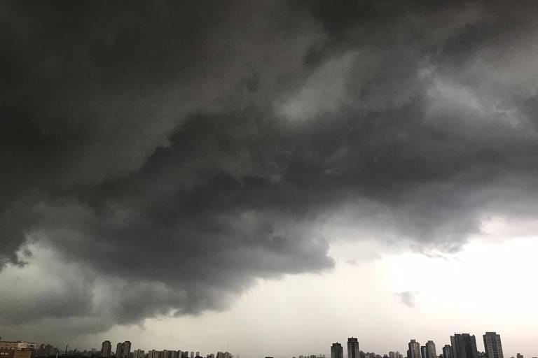 Nuvens carregadas são vistas a partir do bairro da Casa Verde