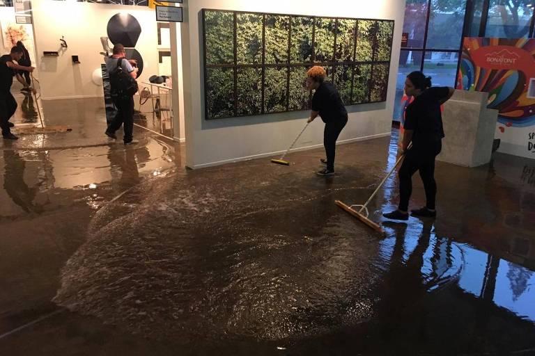Térreo da Bienal na tarde deste sábado (6), durante a SP-Arte, cheio de água