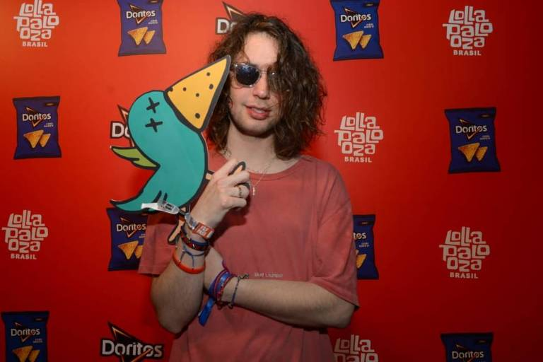 Lucas Jagger curte Post Malone no Lollapalooza após acompanhar pai em cirurgia em Nova York