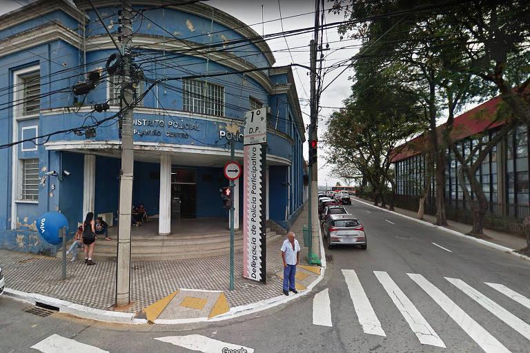 Fachada do 1º DP em São José dos Campos/SP, onde foi registrado caso do homem de 35 anos que foi preso depois de esfaquear uma mulher e agredir o filho de 11 anos com um pedaço de pau na noite de sexta-feira (5)