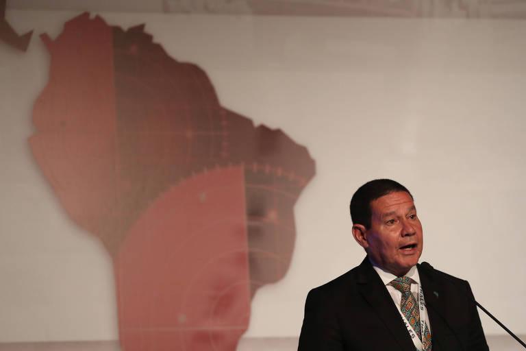 mourão à frente de mapa da américa latina