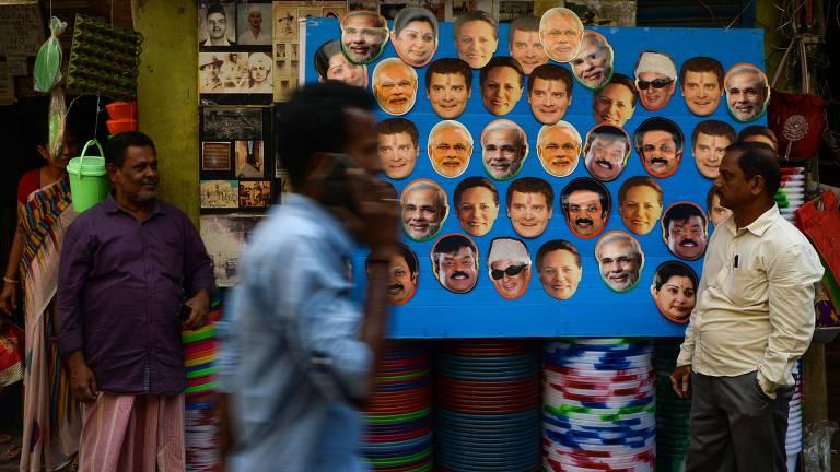 painel de máscaras de políticos