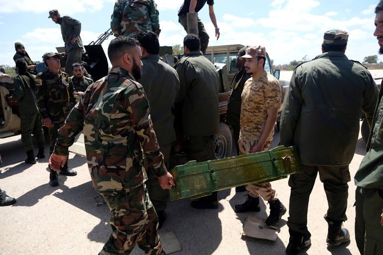 Tropas do general Khalifa Haftarse dirigem a Trípoli