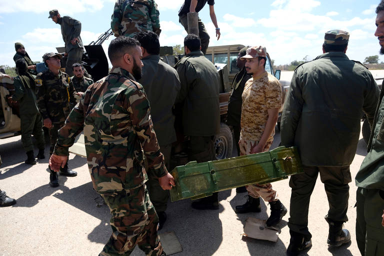 Tropas do general Khalifa Haftar se dirigem à Trípoli