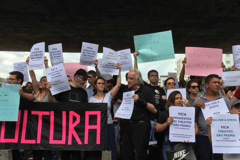 Em frente ao Masp, o maestro João Carlos Martins se uniu a manifestantes contra os cortes do governo do estado de São Paulo na área da cultura