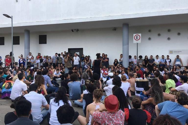 Manifestantes encerram ato contra o corte de gastos na cultura em frente ao Museu Afro Brasil, no parque Ibirapuera
