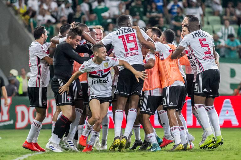 São-paulinos comemoram a classificação do time à decisão do Campeonato Paulista