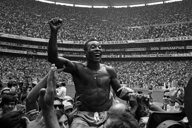 Pelé é carregado nos braços após o Brasil golear a Itália por 4 a 1 e conquistar título da Copa do Mundo de 1970, no estádio Azteca, no México