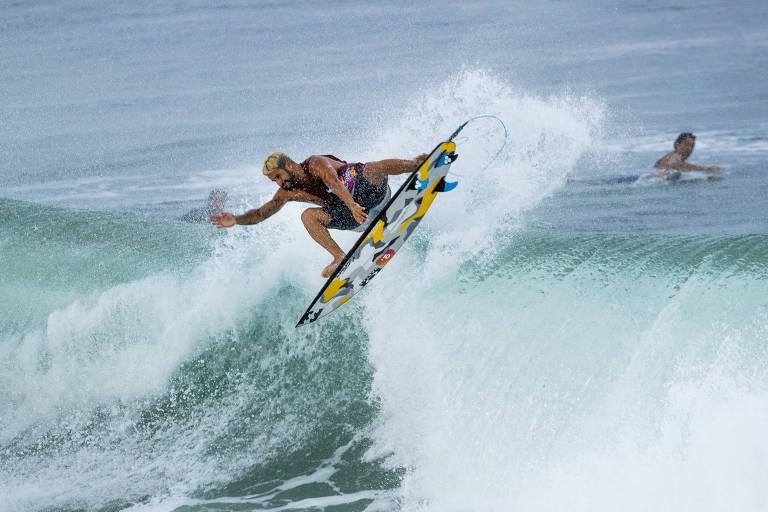 Ítalo Ferreira na água durante a etapa de Gold Coast, que abre a temporada do Mundial de Surfe