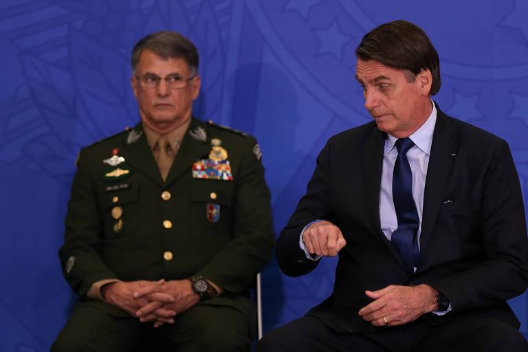 O presidente Jair Bolsonaro ao lado do comandante do Exército Edson Leal Pujol durante cerimônia de cumprimento aos oficiais generais recém promovidos, no Palácio do Planalto