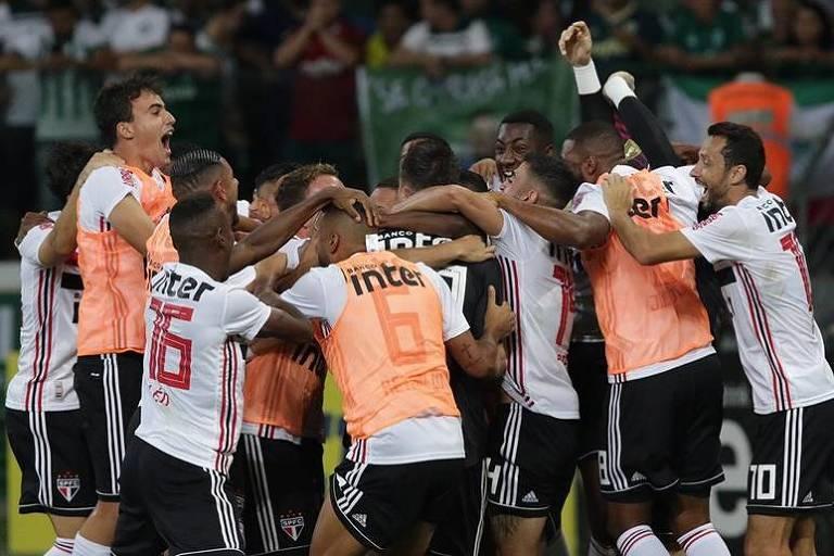 Após vitória nos pênaltis, jogadores do São Paulo fazem uma roda e pulam para comemorar a classificação à final do Paulista