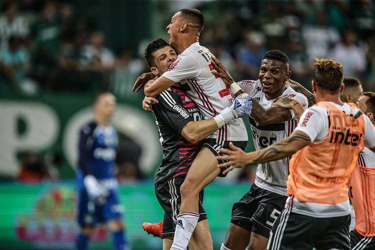 Após pegar o pênalti que classificou o São Paulo, Tiago Volpi é festejado pelos jogadores do São Paulo. Antony puxa a fila de jogadores e é o primeiro a pular no herói tricolor. Ao fundo, Fernando Prass caminha para o meio do campo