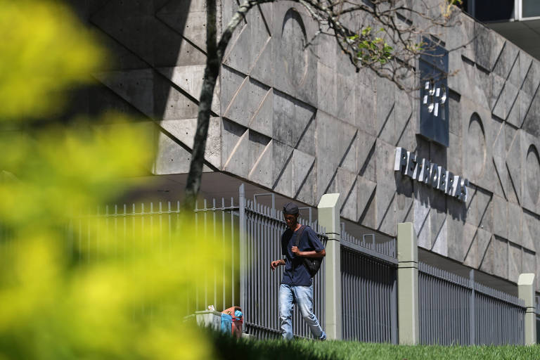 Petrobras transfere funcionários de seis cidades para o Rio