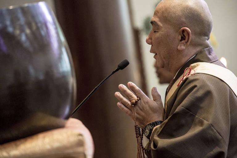 O arcebispo da HBS do Brasil, Nitiguen Takassaky, 58, celebra culto