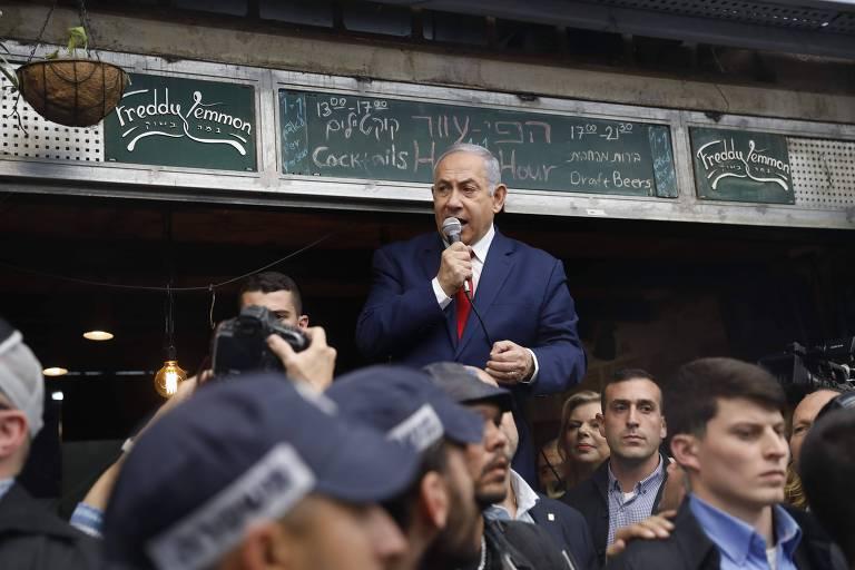 O prêmie de Israel, Binyamin Netanyahu, discursa para apoiadores em mercado em Jerusalém