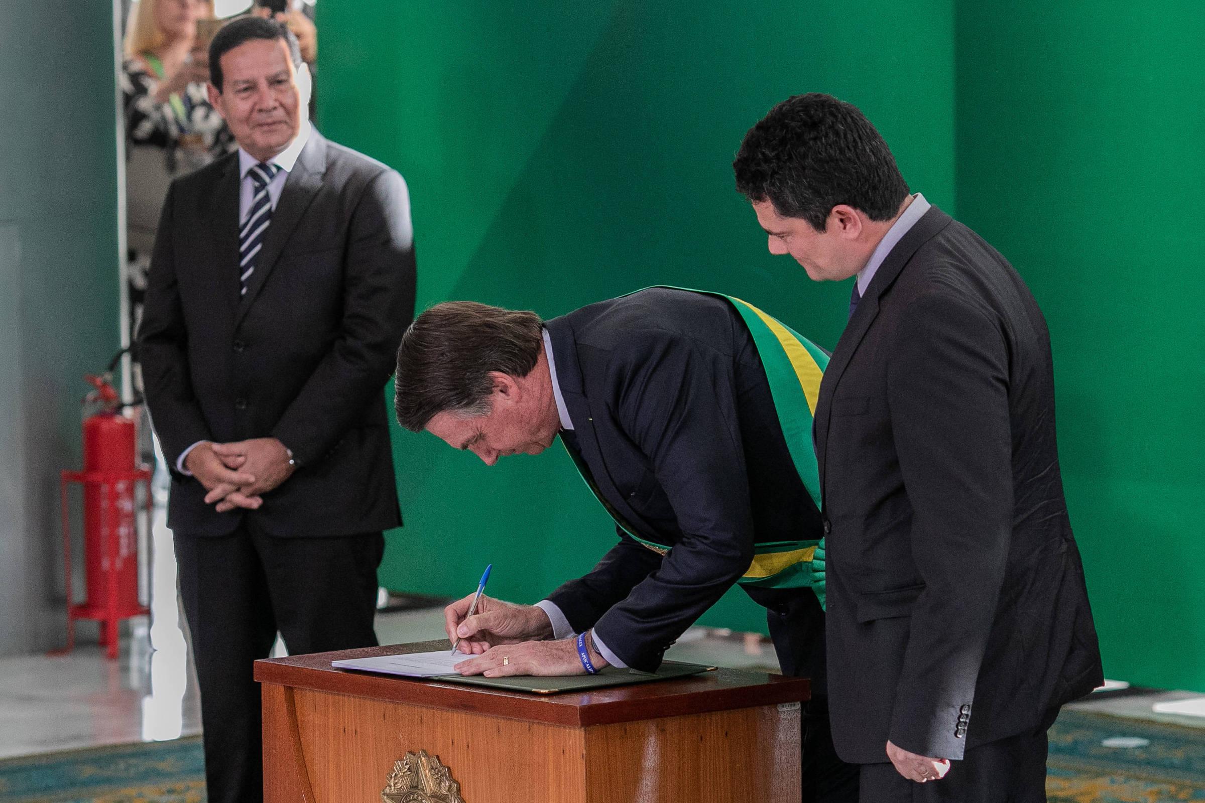 O vice, Hamilton Mourão, Jair Bolsonaro e Sergio Moro, durante a posse, em janeiro