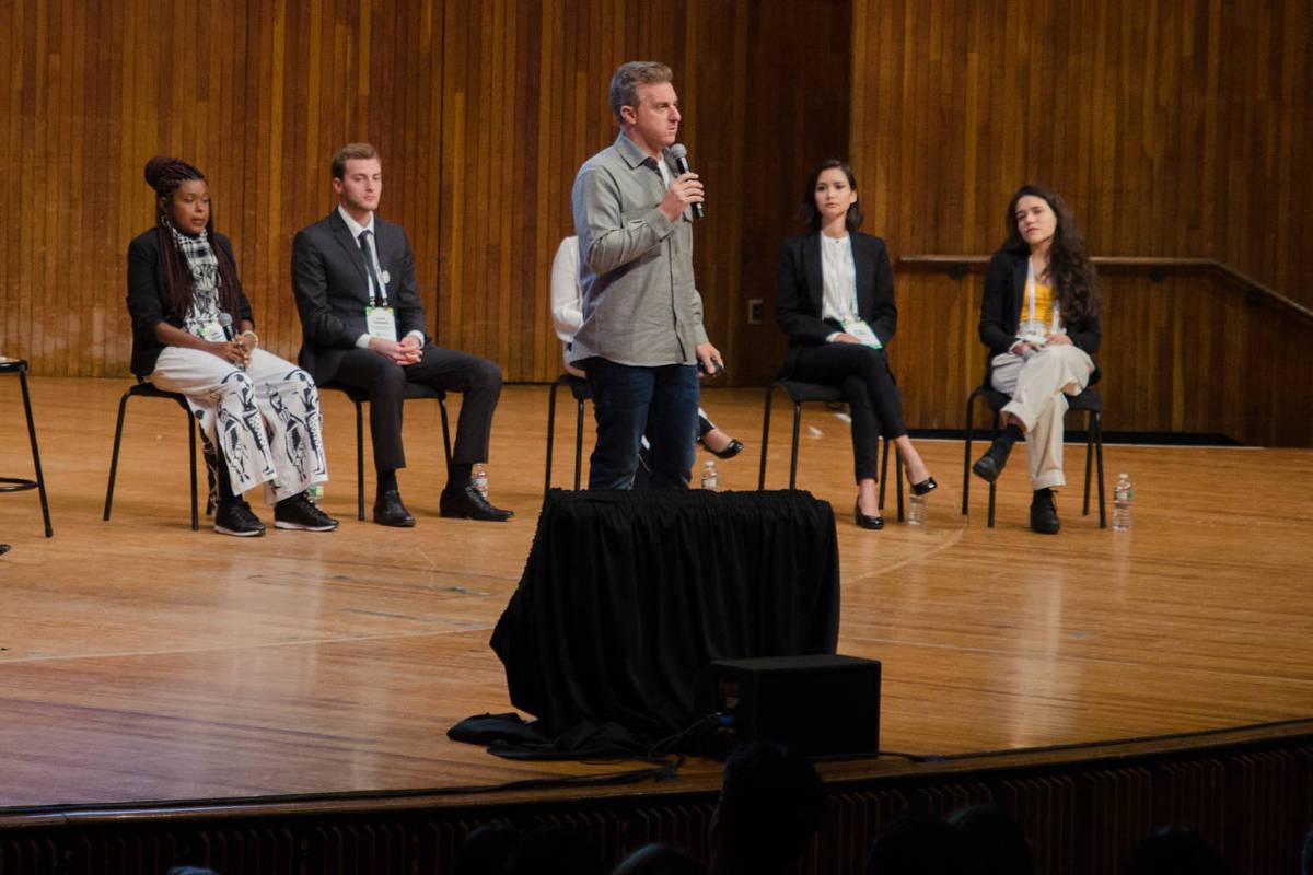 O apresentador Luciano Huck durante debate da Brazil Conference, em Boston (EUA), na última sexta (5)