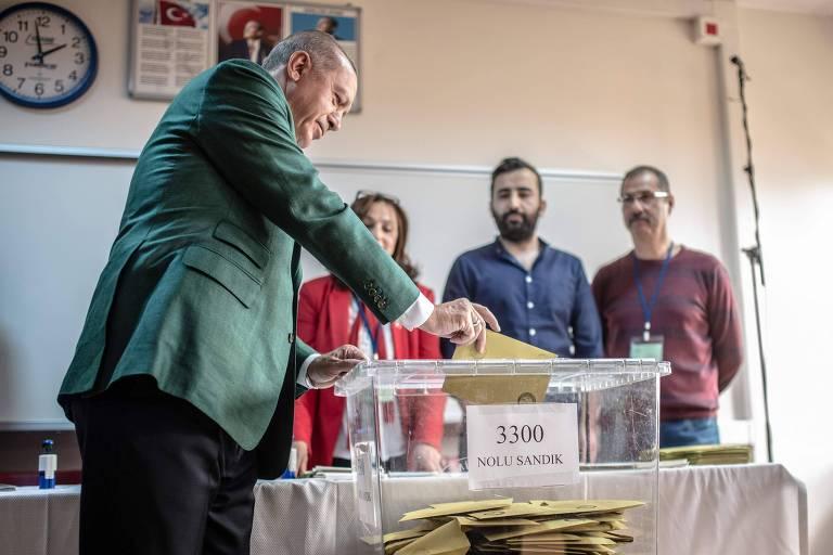 O presidente turco, Recep Tayyip Erdogan, deposita seu voto durante a eleição municipal em Istambul