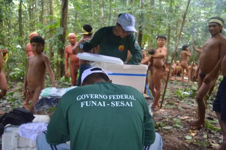 Agentes da Funai encontram grupo da etnia kurobo no Vale do Javari (AM), perto da fronteira com o Peru