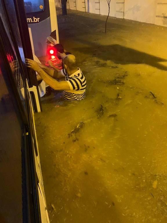 Rua Jardim Botânico, no Rio, alagada; cidade foi atingida por temporal na noite desta segunda (8/4)